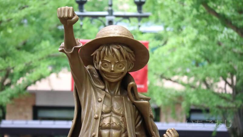熊本県庁のルフィの銅像